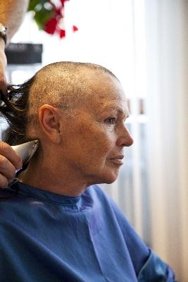 frau glatze schneiden beim friseur preise